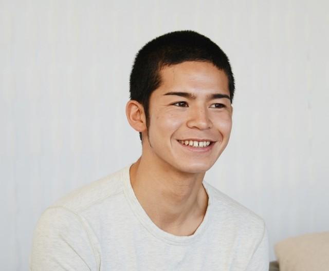 長さ9mmのボウズ頭がトレードマークで、現在、フジテレビ系で放送されている番組『テラスハウス』(毎週月曜日23時~)に出演中の若手俳優だ。