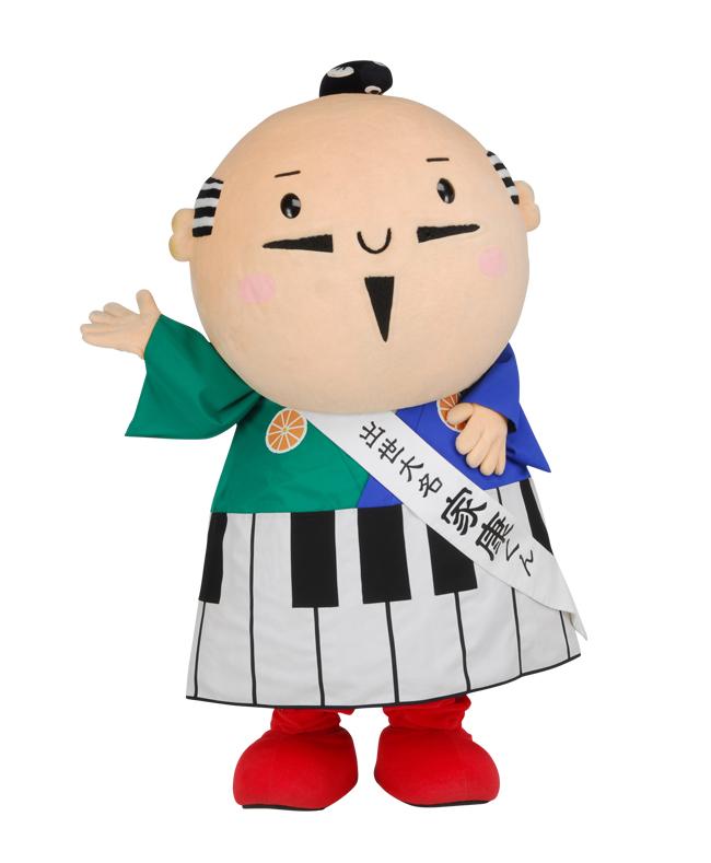 着物には三ヶ日みかんをあしらい、袴には地元の有名企業であるヤマハやカワイのピアノをイメージして入れているという。