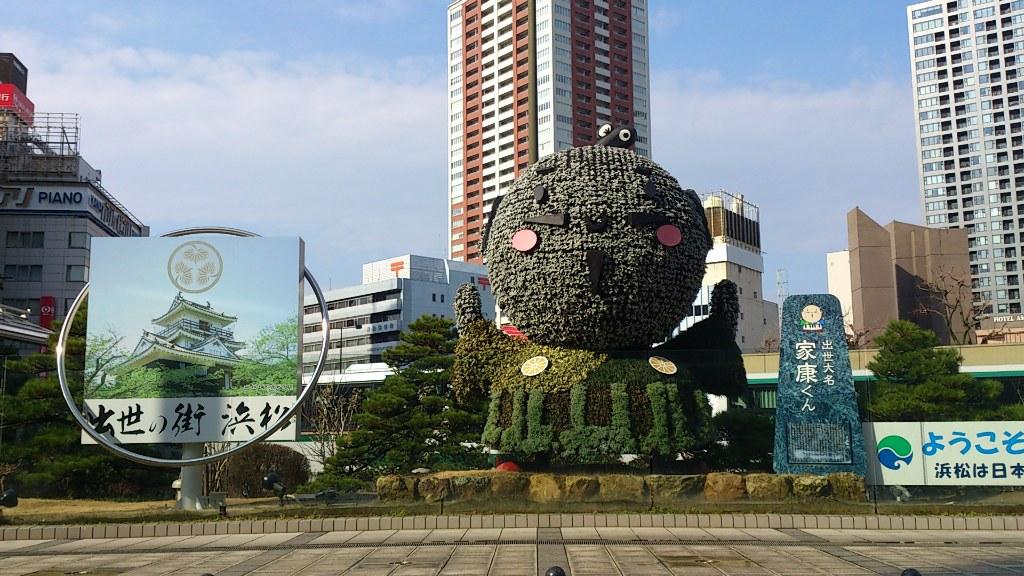 浜松駅の北口を出た所に突然現れる『出世大名 家康くん』。