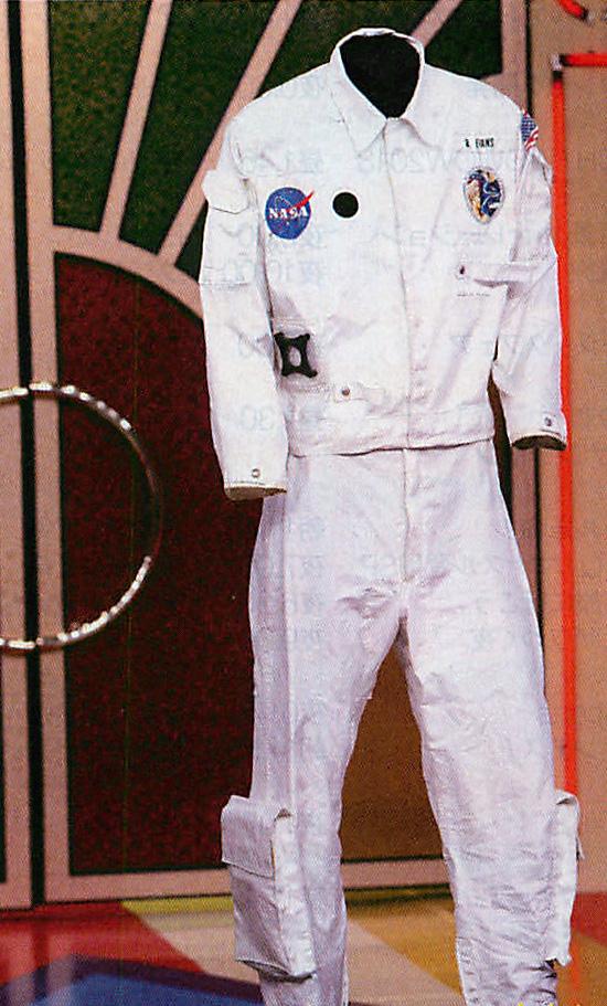 宇宙飛行士の船内作業服が高額お宝にランクイン!