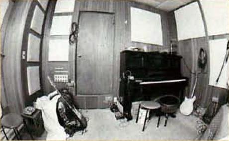 正面の扉の向こうにもう一つ扉があり、調整室へ。