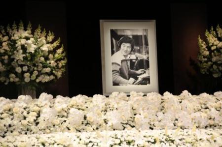 大瀧詠一さんお別れ会の祭壇写真。遺影は1982年、TBSラジオ「Go!Go! Niagara」収録時の写真だ。