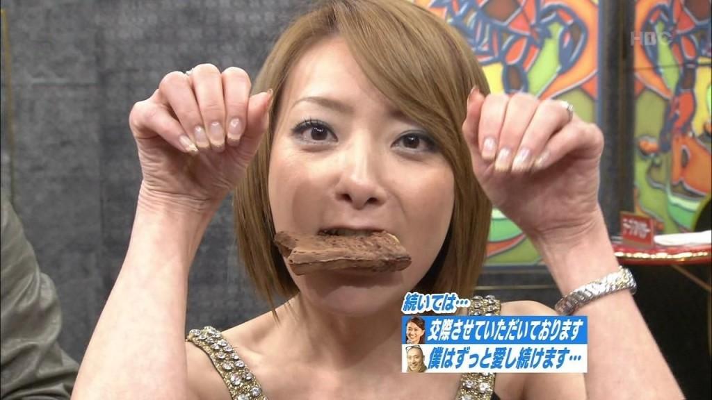 たい焼きを口にくわえてポーズをする西川史子