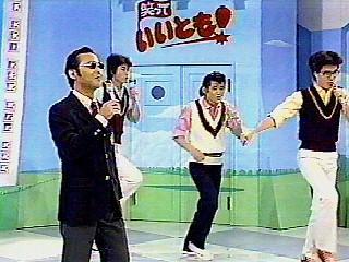 """初回放送ではアシスタントの斉藤ゆう子と各国の料理をつくる""""タモリの世界の料理""""でフランス料理に挑戦。 (c)フジテレビ"""