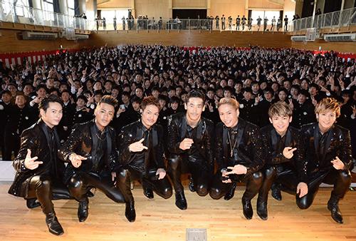 青森県立三沢高校の卒業式でサプライズライブを行った「三代目J Soul Brothers」