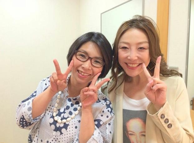 ピースで結婚を祝福するクワバタオハラのふたり。 引用元の表示: http://ameblo.jp/ohara-kuwaoha/entry-11866283721.html