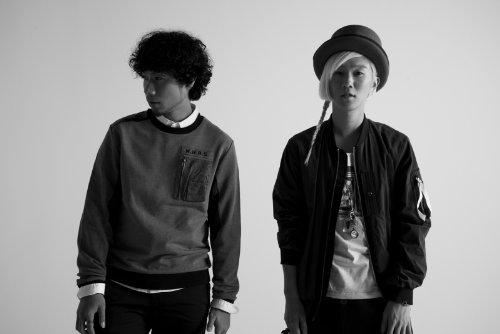 吉田山田の2人。 左がギター・ボーカル担当の吉田結威(よしだ・ゆい)、右がボーカル担当の山田義孝(やまだ・よしたか)。