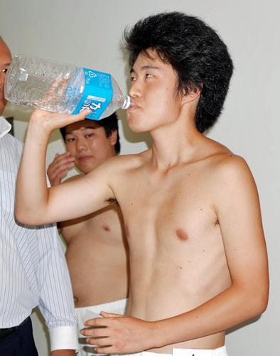 新弟子検査前に、体重を増やそうと大量の水を飲む育盛(そだちざかり) 引用元の表示: http://www.nikkansports.com/sports/sumo/news/photonews_nsInc_p-sp-tp3-20140708-1330619.html
