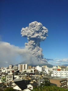 2013年8月18日夕方、桜島は昭和火口で爆発的噴火を起こし、その噴煙ははるか5000m上空まで届いた。 写真:共同通信