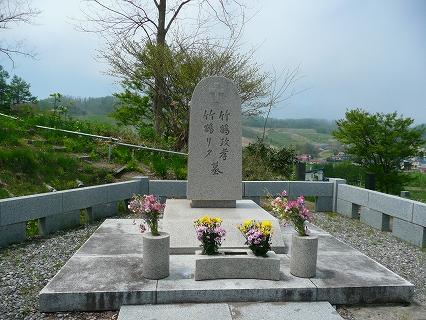 蒸留所を見下ろす丘の上に竹鶴夫妻の墓が立つ。
