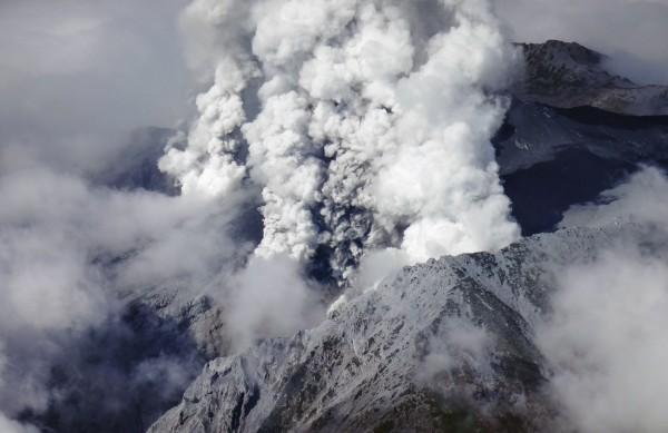 上空約7000mまで噴煙をあげる御嶽山。 御嶽山は長野県と岐阜県にまたがる「日本百名山」のひとつだ。 Photo:時事通信社