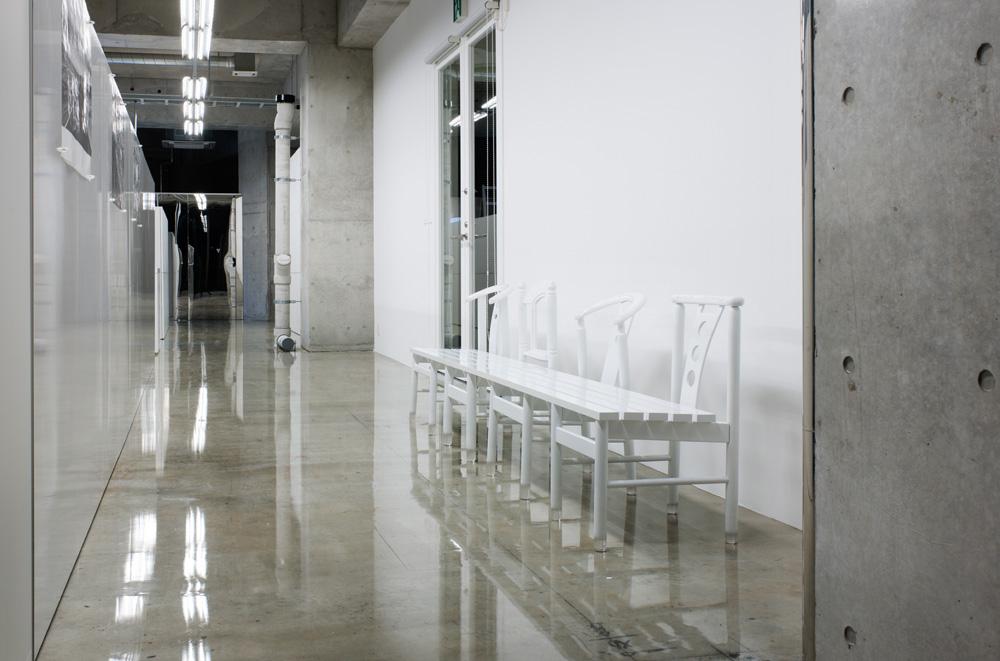 廊下に並ぶ椅子まで一貫して白で統一している。 引用元:http://www.archdaily.com/271614/mr_design-office-schemata-architects 写真:Takumi Ota