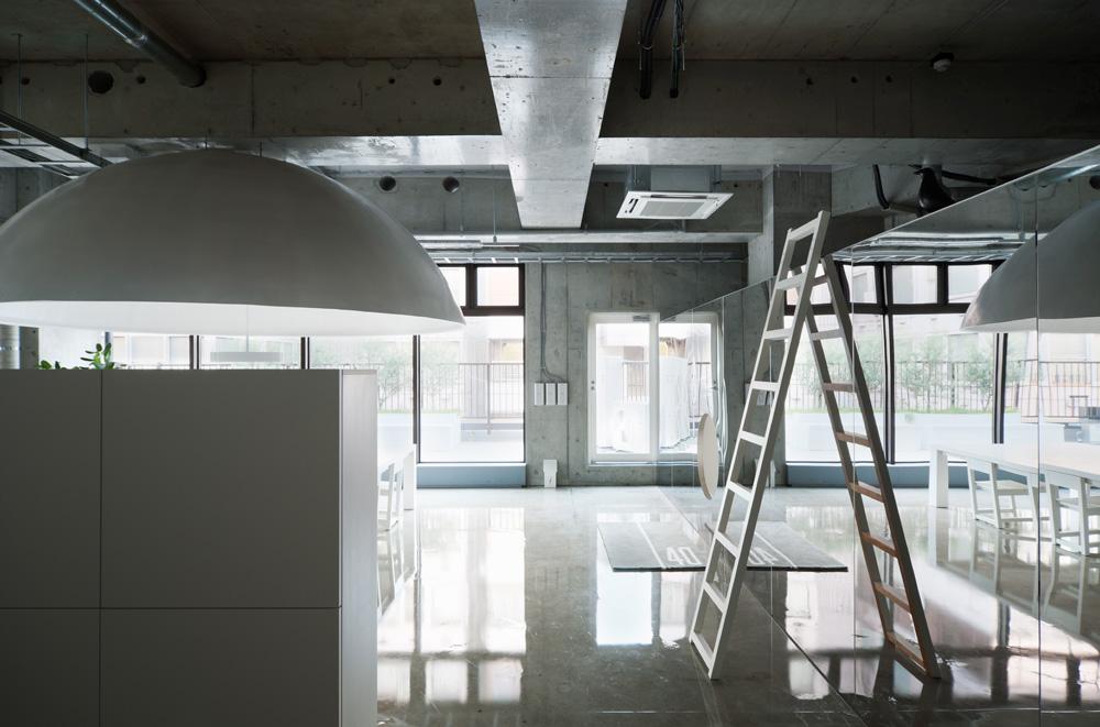 白基調でインダストリアルな空気が漂う。 引用元:http://www.archdaily.com/271614/mr_design-office-schemata-architects 写真:Takumi Ota