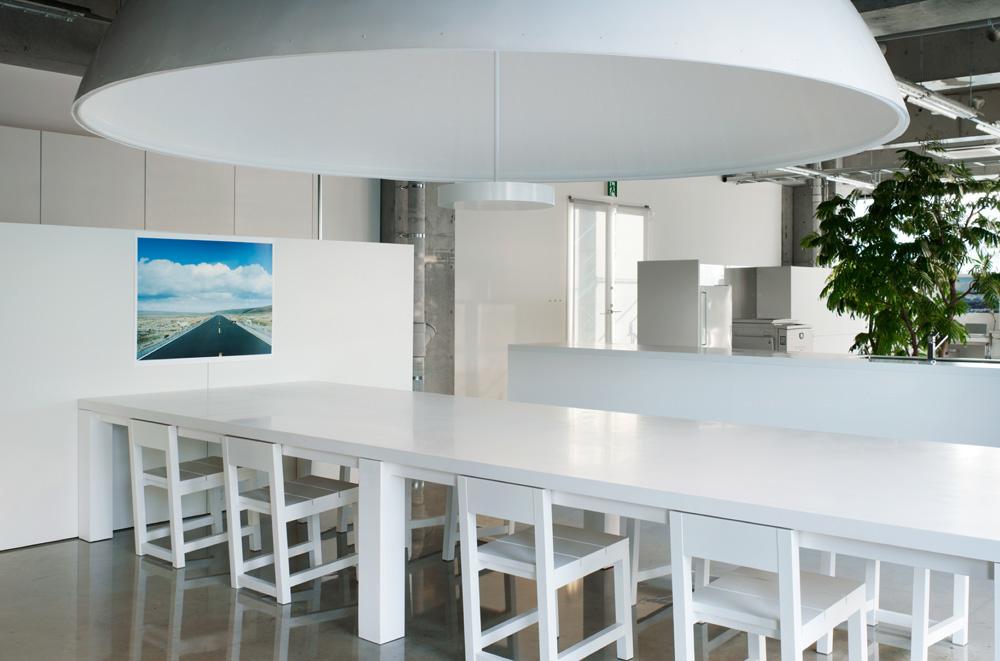 大きな白いランプが印象的な会議スペースだ。 引用元:http://www.archdaily.com/271614/mr_design-office-schemata-architects 写真:Takumi Ota