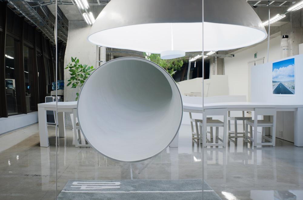 画面中央の穴は滑り台の出口。別室から飛び出して登場できる。 引用元:http://www.archdaily.com/271614/mr_design-office-schemata-architects 写真:Takumi Ota