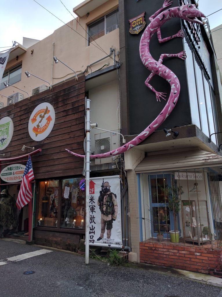入り口は道を曲がったところにある。店舗は2階と3階。