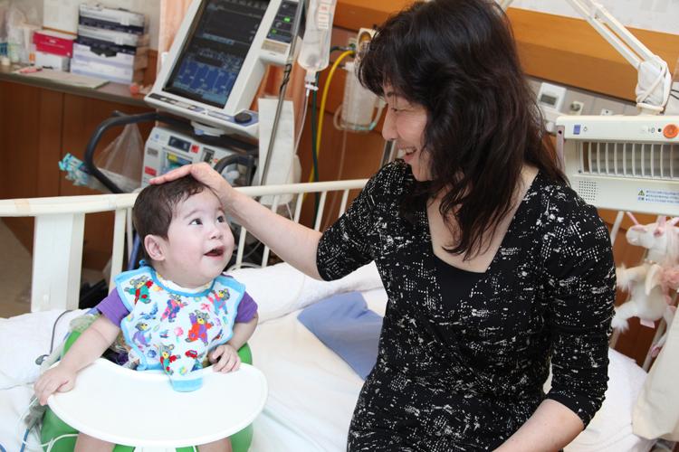 野田聖子の子供・真輝くんの現在―右半身マヒ障害から3歳半で歩けるまでに回復!