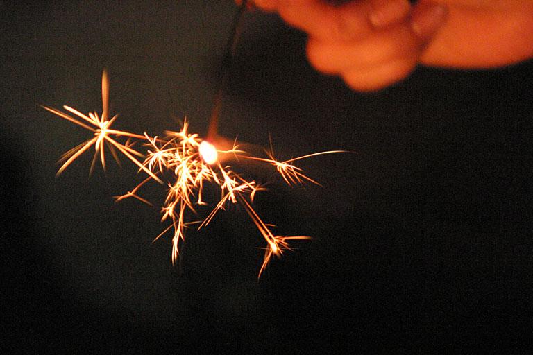 線香花火は国産がスゴい! 長持ち&明るさで選ぶならズバリこの一本
